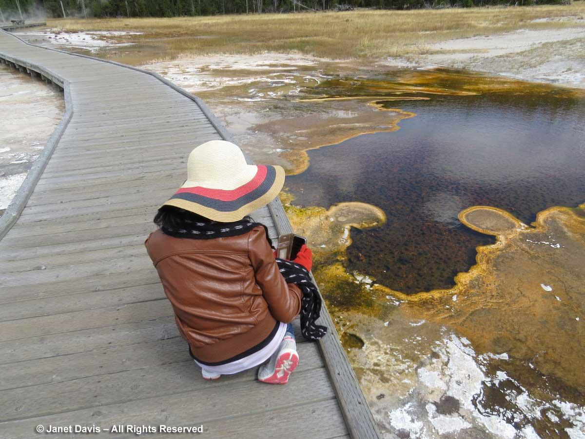 24-tourist-yellowstone-bacterial-mats