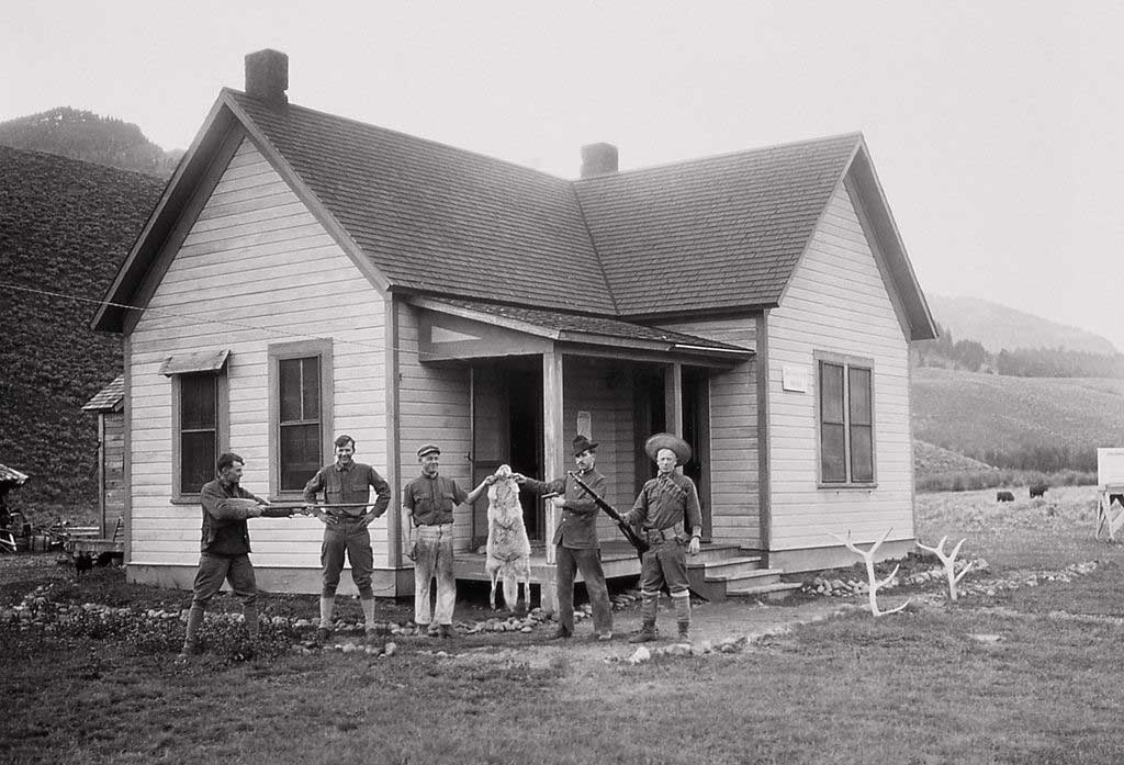 68-soldiers-wolf-pelt-yellowstone-1905